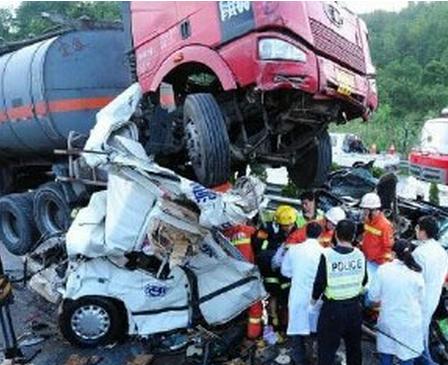 厦蓉高速三车追尾致8人死亡