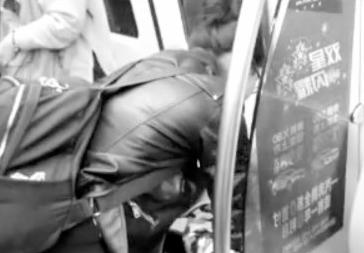 地铁内给孩子把尿