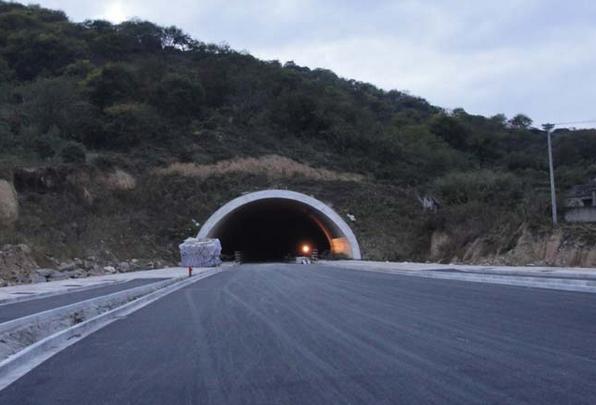 据悉,根据施工规划,整个工程将新建隧道6座,分别是二环东路南延工程济南老虎山隧道(左线1738米、右线1870米)、小岭隧道(500米)、大岭隧道(左线963米、右线965米)和二环南路东延工程浆水泉隧道(左线3101米、右线3085米)、龙鼎隧道(2185米)、港沟隧道(左线1105米、右线1091米)。隧道总里程9644米,占工程路线总里程22.