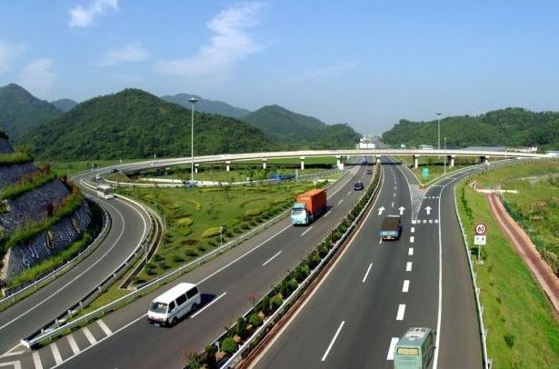 采用双向四车道高速公路标准
