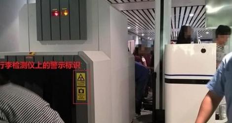 车站工作人员也会引导孕妇和抱小孩的旅客走人工安检