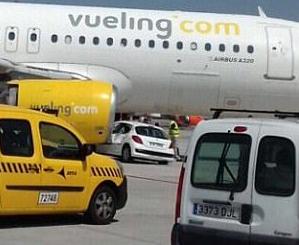 西班牙飞机撞上汽车