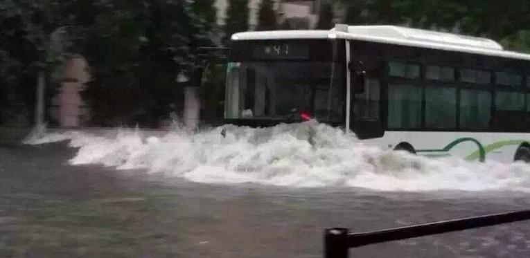 上海暴雨牌照_特大暴雨袭击上海